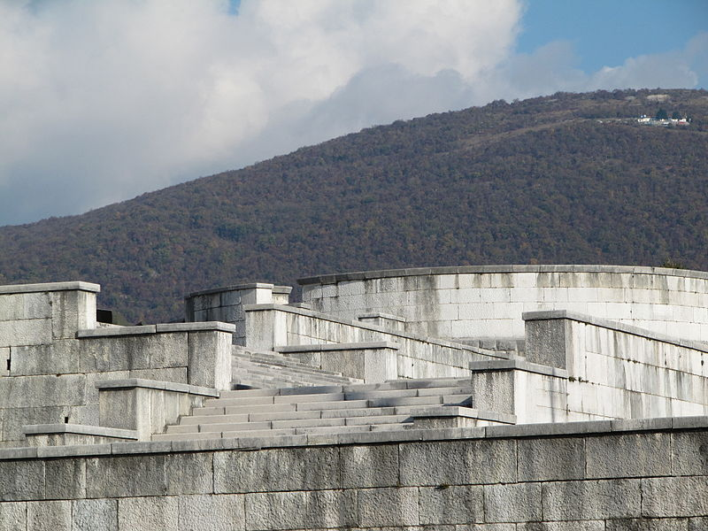 800px-Sacrario_militare_di_oslavia_stairs_1