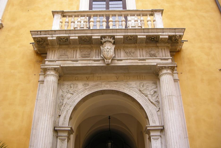 Портал во дворе палаццо-Дукале. Фото © sailko / Wikimedia Commons