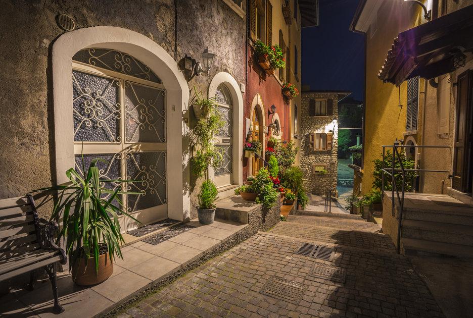 Una via di Gargnano. Foto / Shutterstock.com