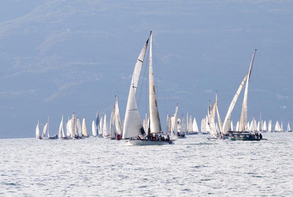 Una regata a Gargnano. Foto © Roberto Cerruti / Shutterstock.com