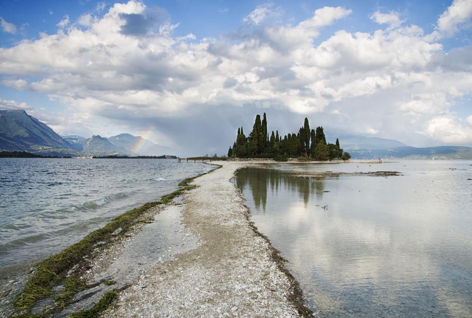 Остов на озере Гарда. Фото Shutterstock.com