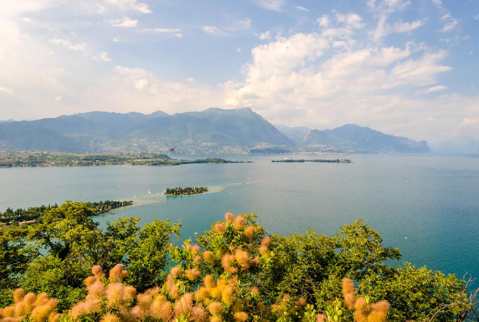 Il lago visto da Manerba. Foto / Shutterstock.com