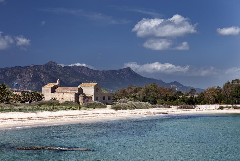 La spiaggia di Nora con la chiesa di Sant'Efisio. Foto / Shutterstock.com
