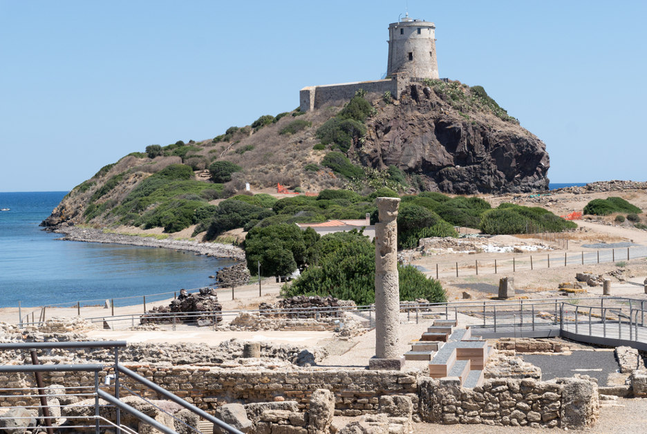 L'area archeologica e la torre di Coltellazzo. Foto / Shutterstock.com