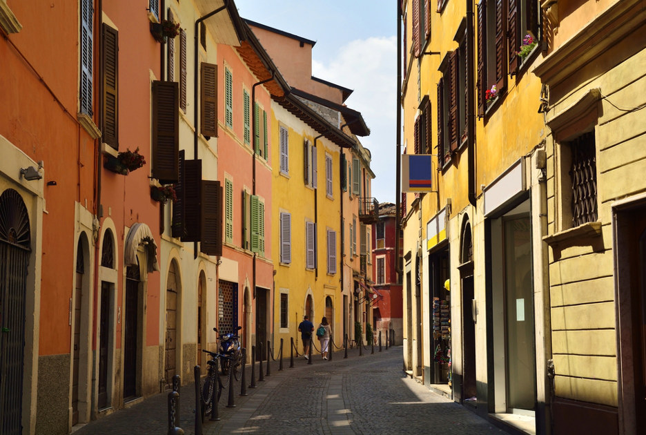 Una via di Salò. Foto / Shutterstock.com