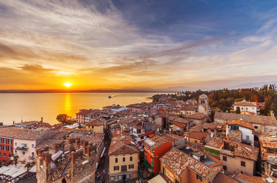 Il tramonto visto da Sirmione. Foto / Shutterstock.com