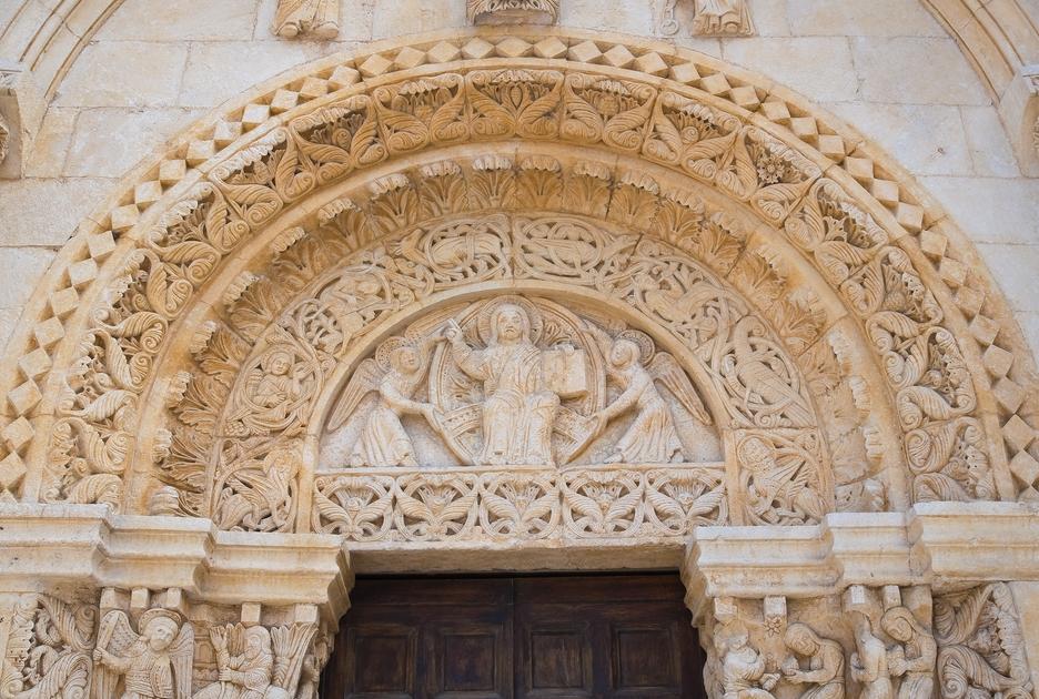 Аббатство Сан-Леонардо. Деталь портала. Фото / Shutterstock.com