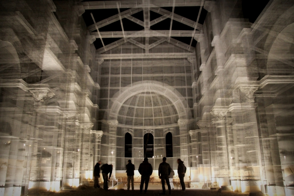 Инсталляция из металлической сетки, «реконструирущая» раннехристианскую базилику в том месте, где она когда-то стояла. Фото © Manfredonia Apulia Caput / Wikimedia Commons