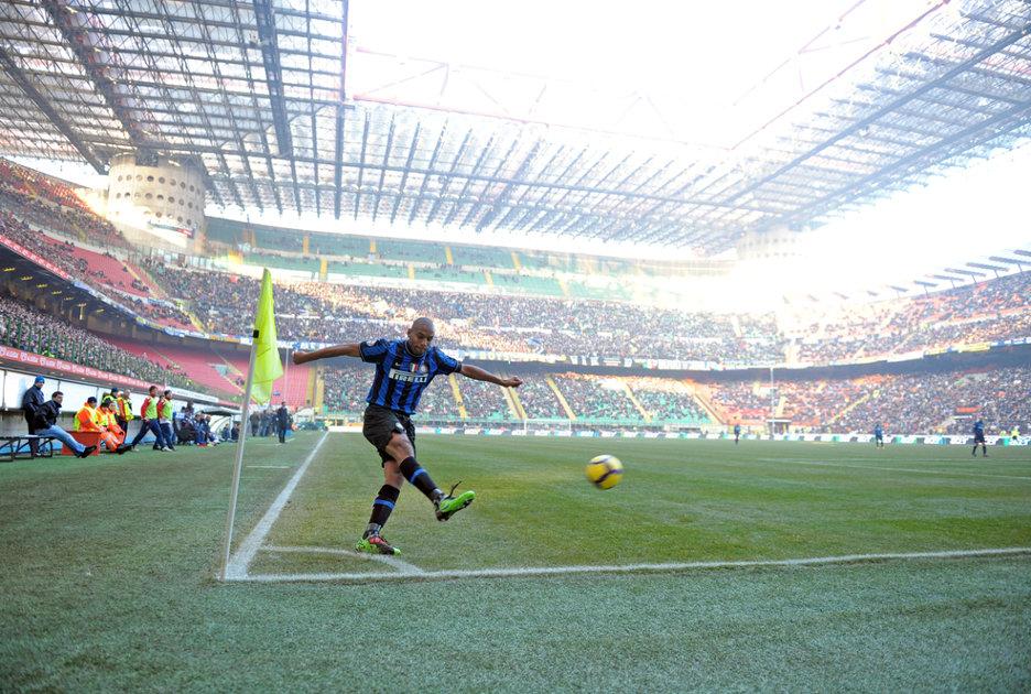 Maicon tira un calcio d'angolo in una partita del 2010. Foto © Paolo Bona / Shutterstock.com
