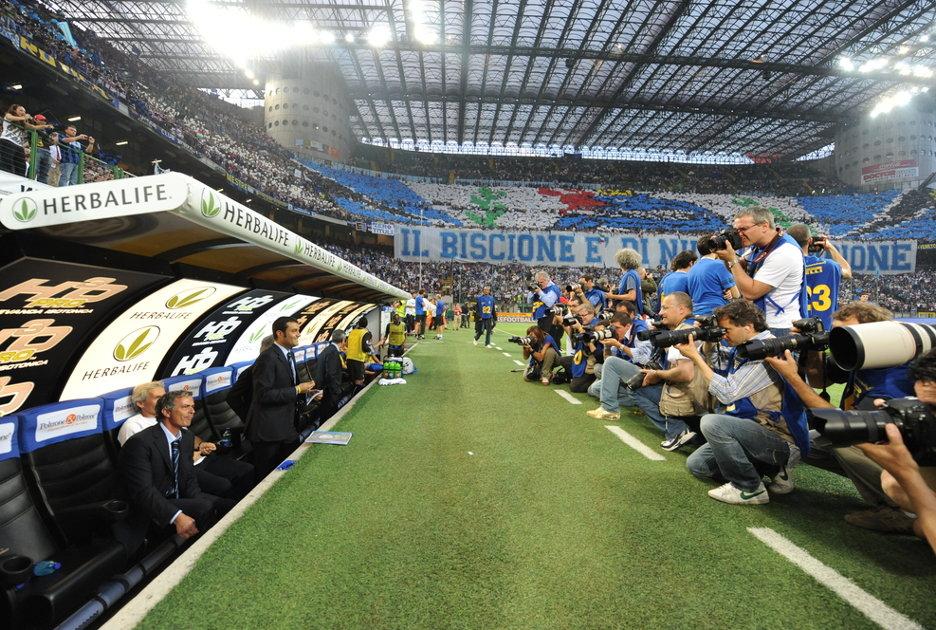 José Mourinho di fronte ai giornalisti alla panchina dell'Inter nel 2009. Foto © Paolo Bona / Shutterstock.com