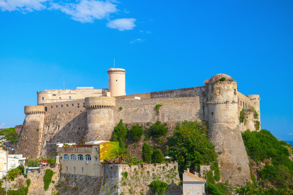 Il Castello Angioino-Aragonese © Eugene Sergeev / Shutterstock.com