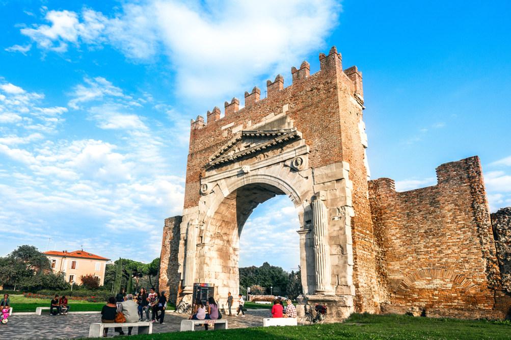 L'Arco d'Augusto © gianni triggiani / Shutterstock.com