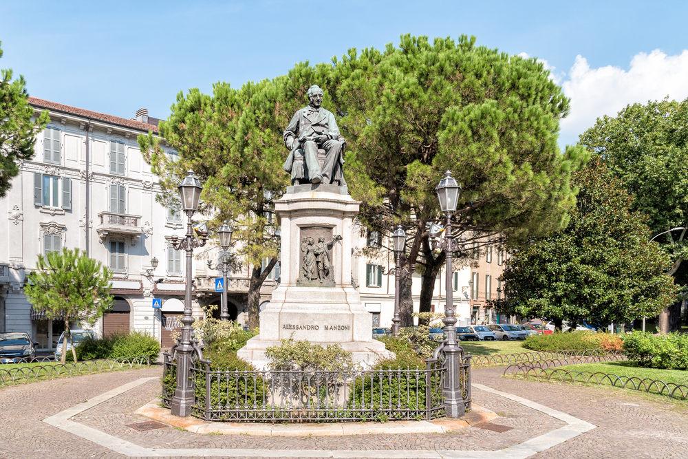 Il monumento ad Alessandro Manzoni / Foto: Shutterstock.com
