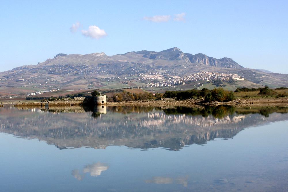 Вид на Самбуку с озера Аранчо © Ennio Gurrera
