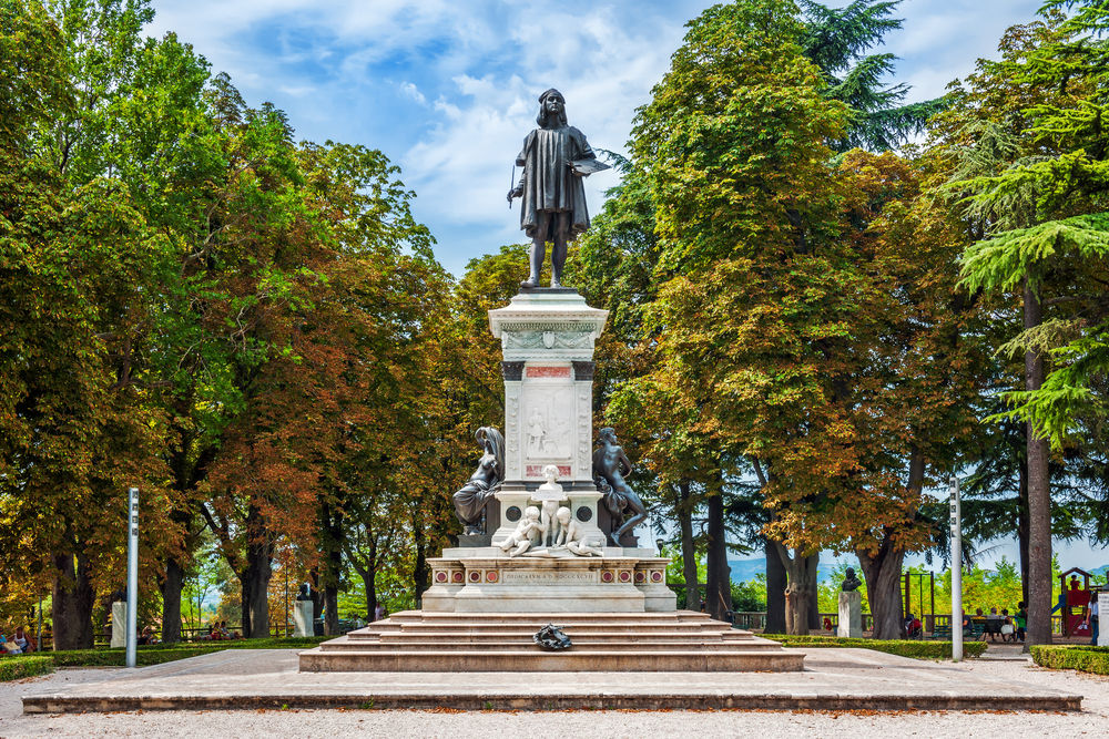 Памятник Рафаэлю в Урбино / Фото: Shutterstock.com
