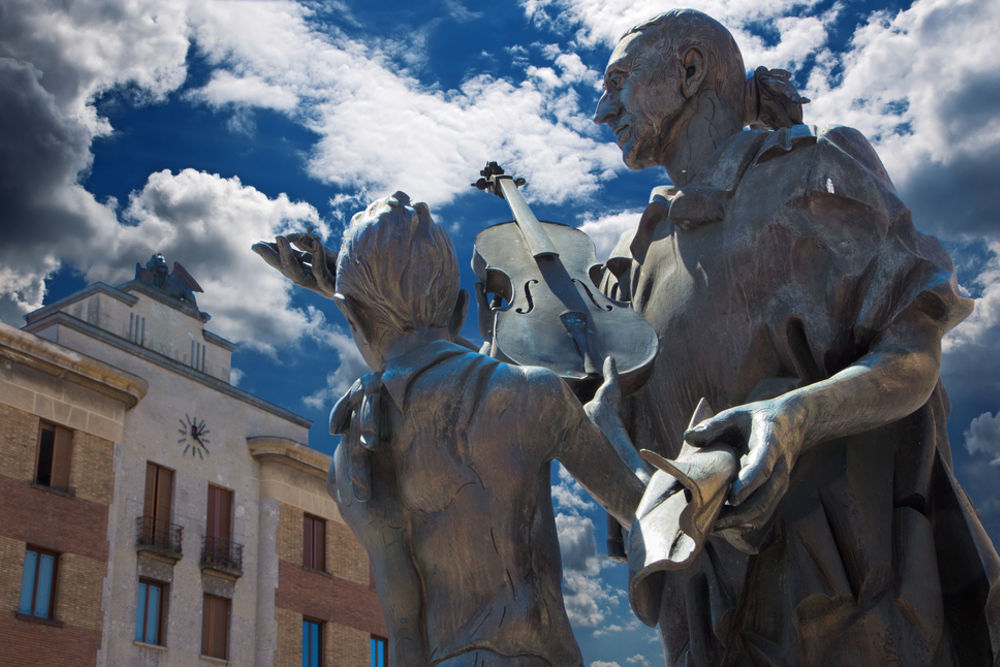 Il monumento a Stradivari, Cremona © renata sedmakova / Shutterstock.com