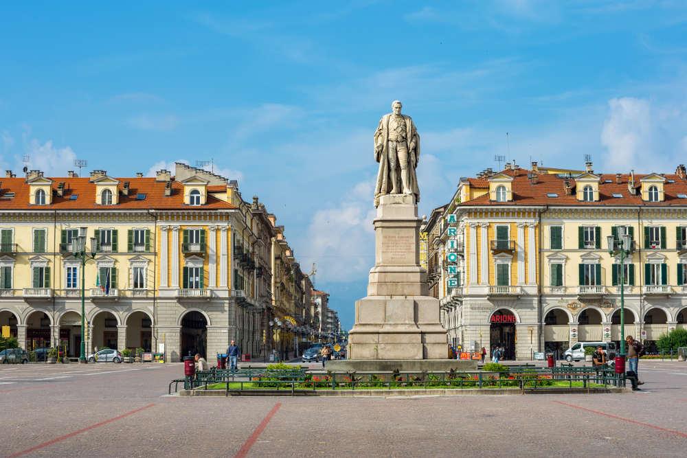 Piazza Galimberti © shutterstock / Andrei Nekrassov