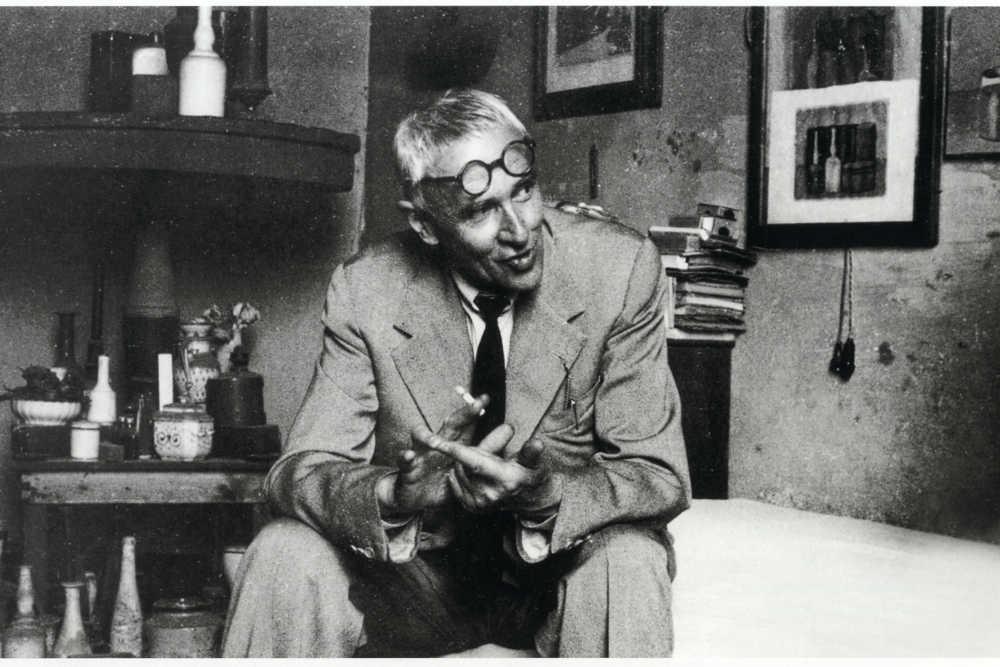 Giorgio Morandi nello studio, circa 1950 © Ansa / Archivi Fratelli Alinari, Firenze.