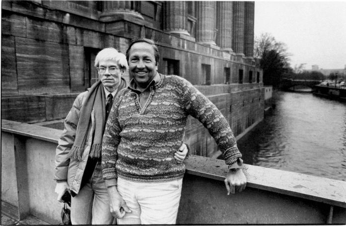 Andy-Warhol-and-Robert-Rauschenberg-outside-the-Pergamon-Museum-in-East-Berlin-March-1983.-Ph.-©-Christopher-Makos-1983-696x455
