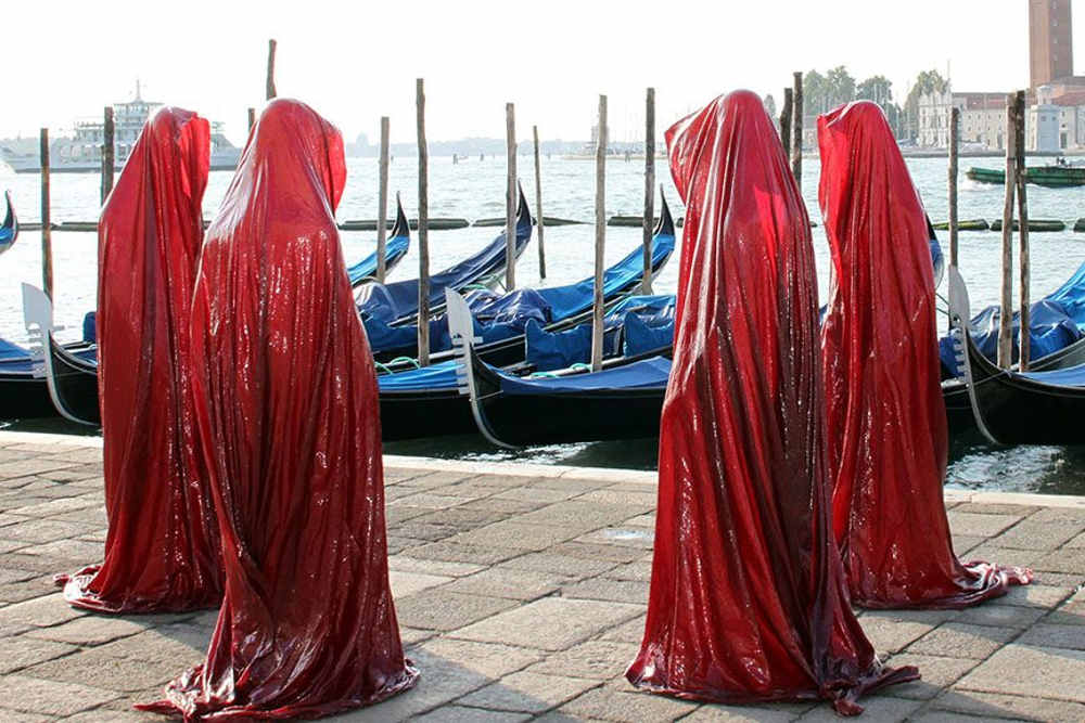 "The light art project ""time-guards"", Madonna and sisters / Manfred Kielnhofer"