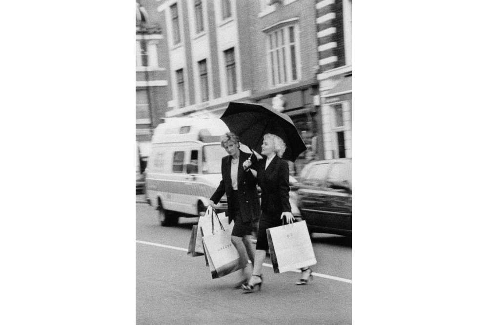 Alison Jackson, Diana and Marilyn shopping, 2000