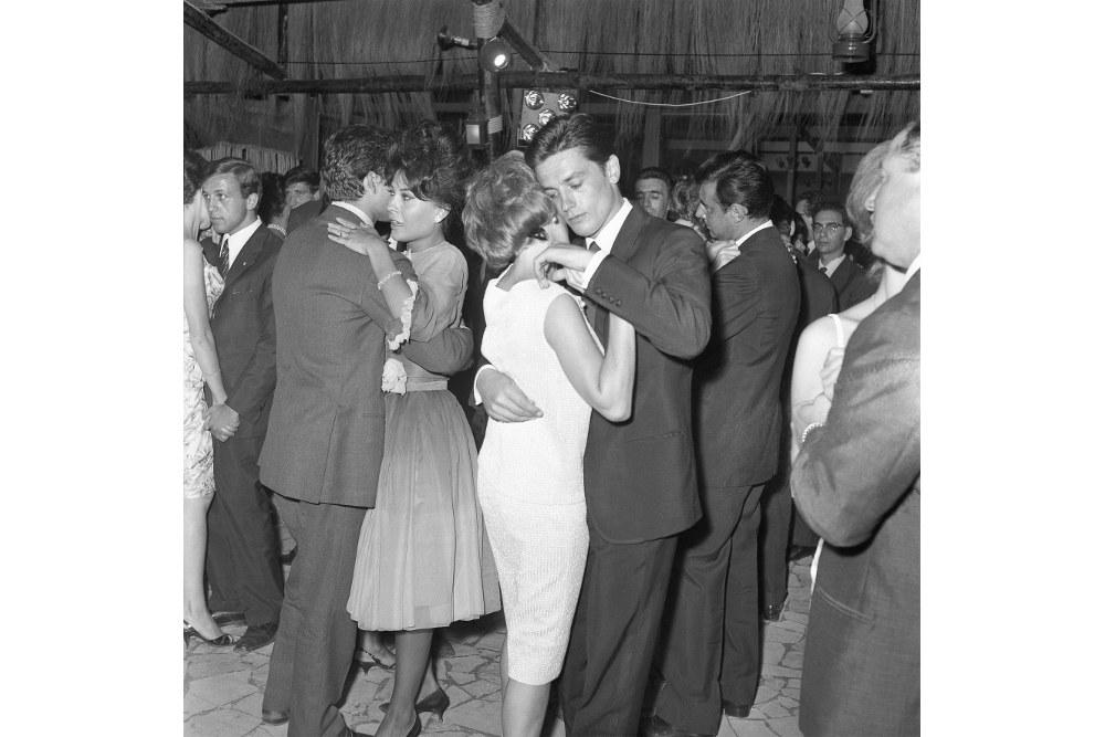 Марчелло Джеппетти, Ален Делон и Роми Шнайдер танцуют в ресторане на вечере в честь премии Ciak d'Oro, Рим, 29 июля 1961